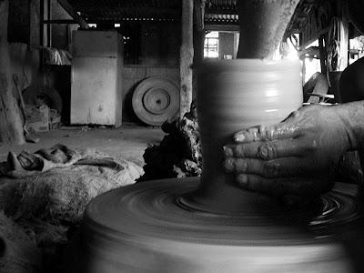 Potter of burnay jar. Photo credit Jay Javier http://eastofherewestofthere.blogspot.com
